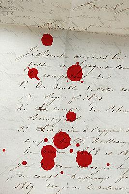 Blutstropfen auf altem Brief - p4500535 von Hanka Steidle