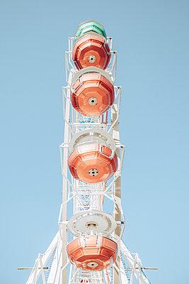 Ferris wheel against blue sky  - p713m2289623 by Florian Kresse