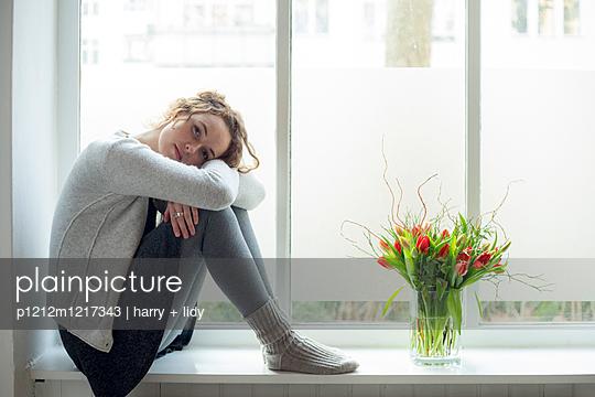 Junge Frau im Fenster - p1212m1217343 von harry + lidy