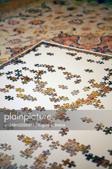 Jigsaw puzzle on carpet  - p1248m2228857 by miguel sobreira