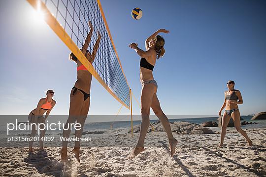 plainpicture - plainpicture p1315m2014092 - Female volleyball players p... - plainpicture/Wavebreak
