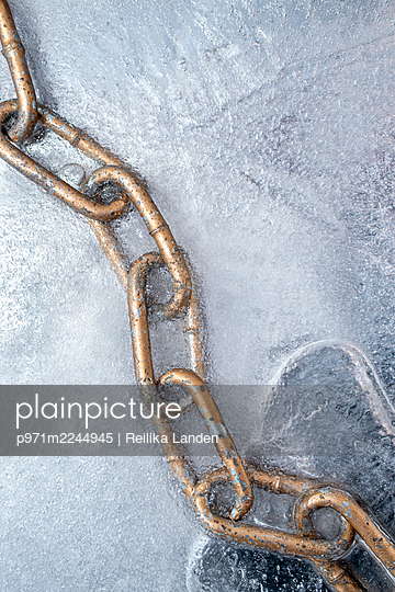 Chain in ice - p971m2244945 by Reilika Landen