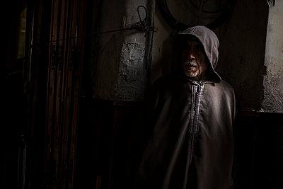 Man wearing  Djellaba - p1007m2092417 by Tilby Vattard