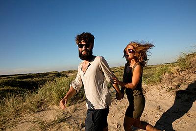 Junges Paar den in Dünen - p1212m1168679 von harry + lidy