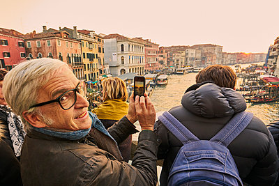 Man photographs the sunset in Venice - p1312m2082166 by Axel Killian