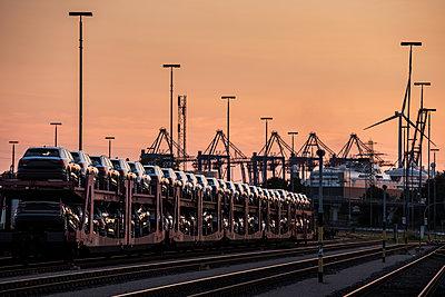 Germany, Hamburg, Rail yard and derricks - p229m2192739 by Martin Langer