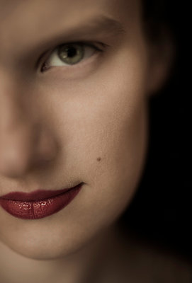 Young woman wearing lipstick - p971m916336 by Reilika Landen