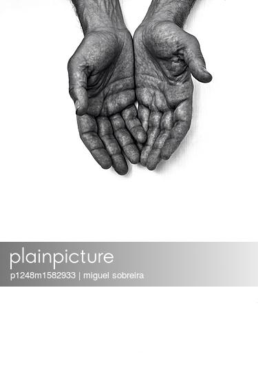 Handflächen vor weißem Hintergrund - p1248m1582933 von miguel sobreira