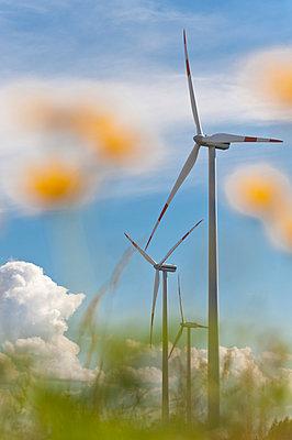 Windkraftanlagen in renaturierter Landschaft - p1079m1042139 von Ulrich Mertens