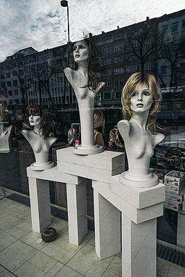 Drei Schaufensterpuppen mit Spiegelung - p1180m1017232 von chillagano