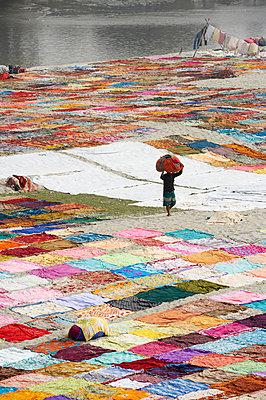 Bunte Wäsche in Agra - p1259m1108692 von J.-P. Westermann