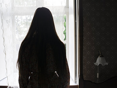 Silhouette of woman by the window - p945m1154637 by aurelia frey