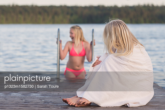 two girls on a jetty - p1323m1582730 von Sarah Toure