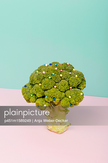 Brokkoli mit Zuckerperlen - p451m1589249 von Anja Weber-Decker
