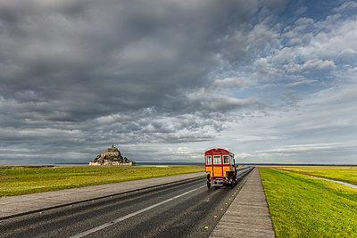 Straße zum Mont-Saint-Michel - p248m1515239 von BY