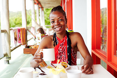 Black woman smiling at lunch - p555m1454076 by Granger Wootz