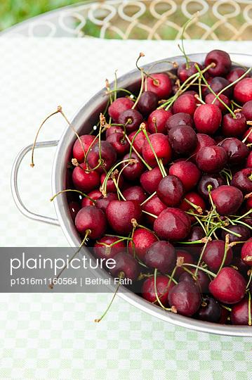 Frisch geerntete Kirschen, Ernte, Obst - p1316m1160564 von Bethel Fath