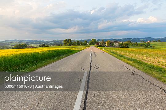 Austria, Upper Austria, Muehlvierlel, empty country road - p300m1581678 von AustrianImages