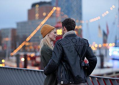 Paar mit Stadtlichtern - p1124m1219004 von Willing-Holtz