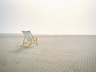 Single canvas chair on beach - p1207m1109484 by Michael Heissner