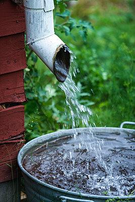 Rainwater flowing out of drainpipe - p1418m1571742 by Jan Håkan Dahlström