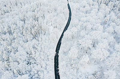 Road in winter - p713m2289266 by Florian Kresse