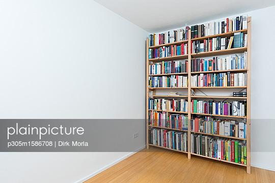 Bücherregal - p305m1586708 von Dirk Morla
