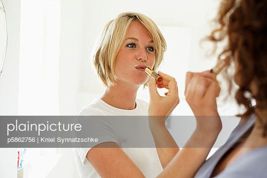 Gegenseitig schminken - p5862756 von Kniel Synnatzschke