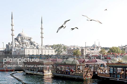 Eminönü Docks und Yeni Camii - p798m851795 von Florian Loebermann