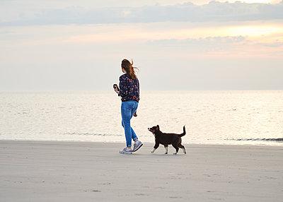 Strandspaziergang mit Hund - p1124m1223983 von Willing-Holtz