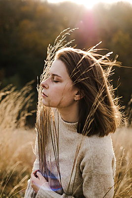 Beautiful portrait of a young stylish woman on a sunny day in autumn - p1166m2095495 by Cavan Images