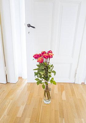 Rote Rosen in Glasvase - p1510m2087283 von Ingrid Amenda