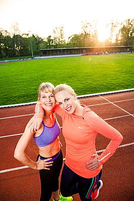 Sportliche Frau - p904m1031367 von Stefanie Päffgen