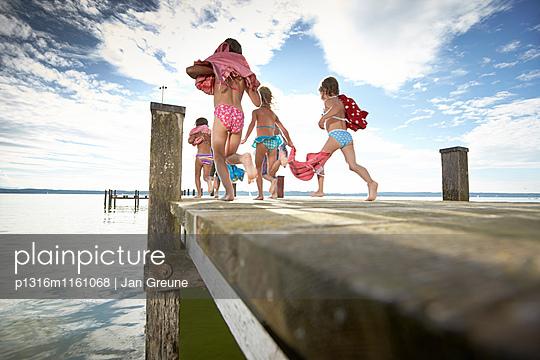 Kinder laufen über einen Steg, Starnberger See, Oberbayern, Bayern, Deutschland - p1316m1161068 von Jan Greune