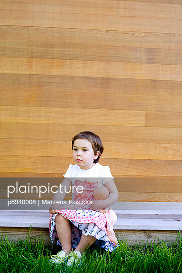 Kleines Mädchen mit Puppe - p8940008 von Marzena Kosicka