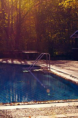 Leeres Schwimmbad im Herbst - p299m1508344 von Silke Heyer