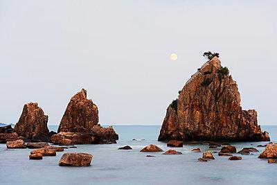 Full moon rising over rock stacks, Hashikuiiwa, Wakayama Prefecture, Honshu, Japan, Asia - p871m962067 by Christian Kober