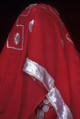 Frau hinter rotem Tuch - p9150046 von Michel Monteaux