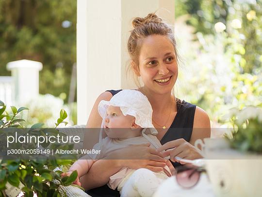 plainpicture - plainpicture p300m2059149 - Portrait of relaxed mother ... - DEEPOL by plainpicture/Albrecht Weißer