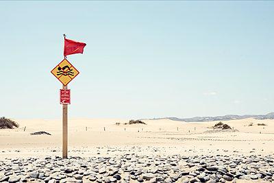 Warnschild am Strand von Maspalomas auf der Kanareninsel Gran Canaria - p1162m1461829 von Ralf Wilken