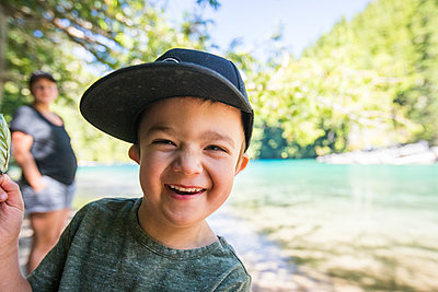 Portrait of smiling young boy at Lindeman Lake. - p1166m2212441 by Cavan Images