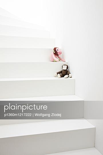 Kuscheltiere auf einer Treppe - p1360m1217222 von Wolfgang Zlodej