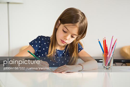 Portrait of little girl drawing - p300m1587332 von Larissa Veronesi