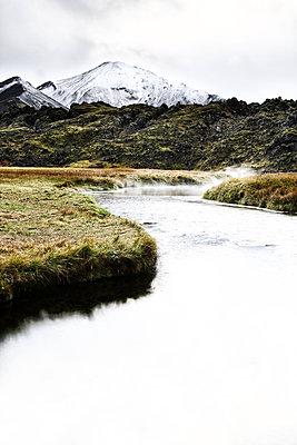 Fluss in einer Berglandschaft, Island - p1643m2229408 von janice mersiovsky