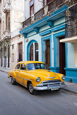 Vintage car in Havana - p304m1092300 by R. Wolf