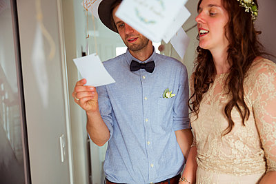 Brautpaar liest Karten - p432m2007510 von mia takahara