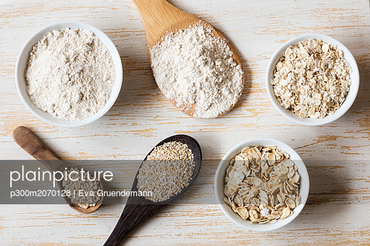Two variations of oat flakes, oat bran, oatmeal and steel-cut oats - p300m2070128 by Eva Gruendemann