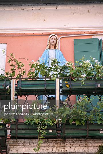 Heilige Maria auf Balkon - p375m1564617 von whatapicture