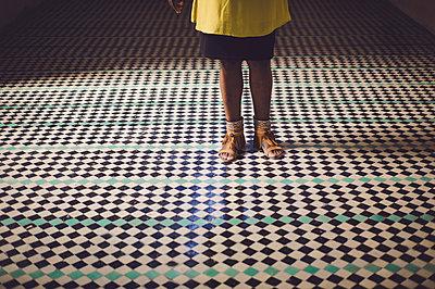 Frau auf Mosaikfliesen - p1150m1209149 von Elise Ortiou Campion