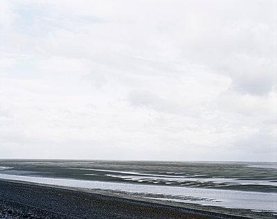 Bucht bei Ebbe an der französischen Küste  - p1409m1465826 von margaret dearing